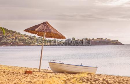 barco pesquero en la playa de