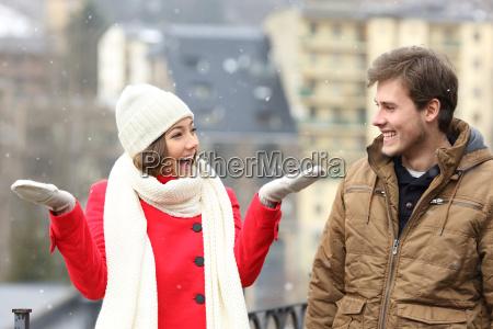 pareja disfrutando de la nieve en