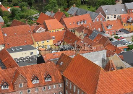 ciudad con techo de teja roja