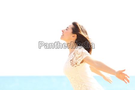 mujer feliz disfrutando del viento y