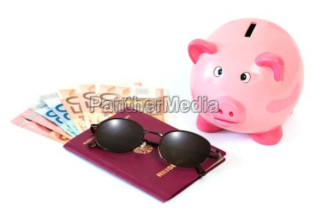 pasaporte con dinero y hucha