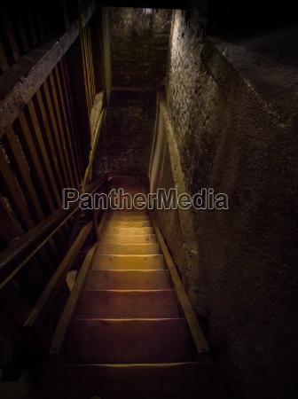 escalera peligro noche miedo misterioso mazmorra