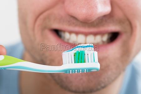 primer del hombre cepillarse los dientes