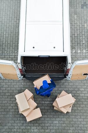 delivery man descargando cajas de carton