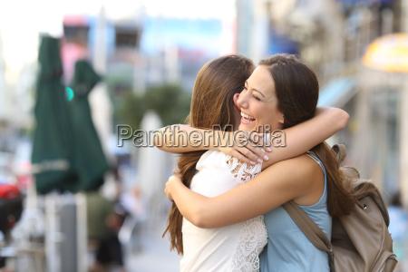 feliz encuentro de amigos abrazos