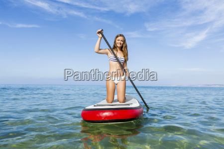 mujer practicando paddle