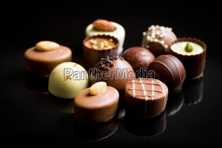 varios bombones de chocolate