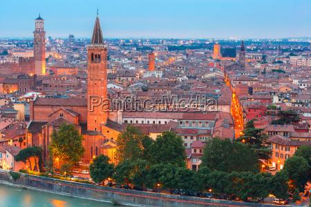 skyline, de, verona, por, la, noche, italia - 15799333