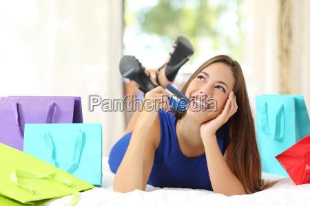muchacha que sostiene una tarjeta de