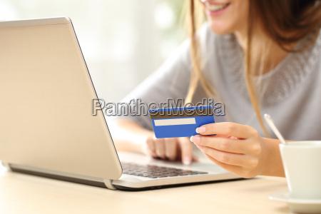 mujer que compra en linea con