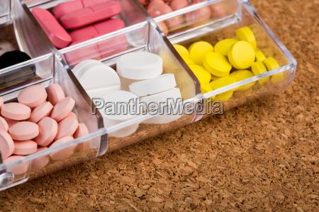 varias pildoras en envase de plastico