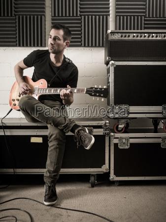 tocar la guitarra en el estudio