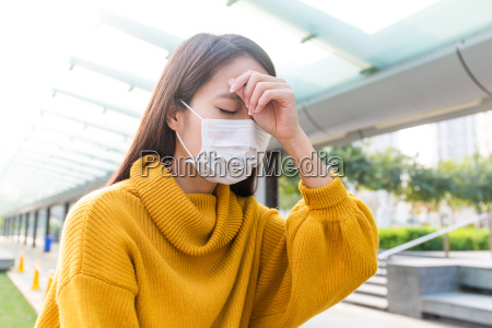 la mujer se puso serio mascara