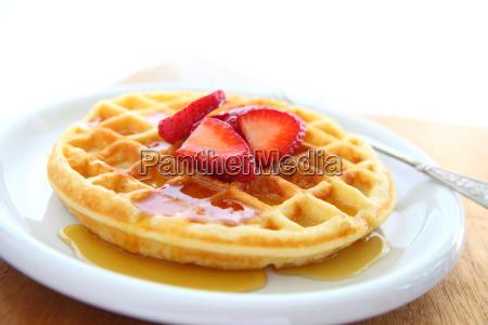 waffle con fresas y espacio de