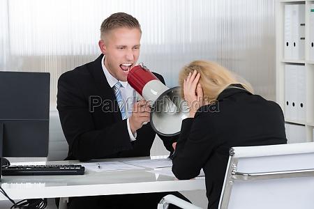 jefe gritando a la empresaria a