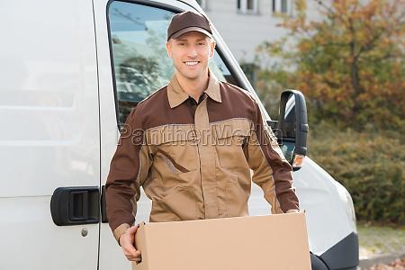 delivery hombre llevando caja de carton
