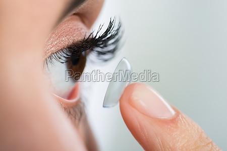 mujer riesgo ojo organo lente vision