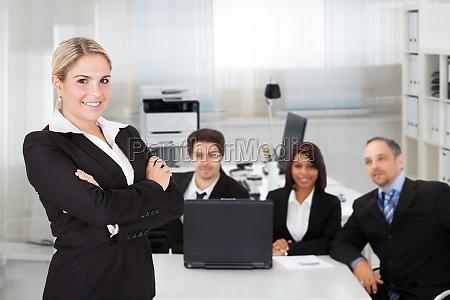 mujer de negocios y su equipo