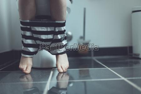 ropa interior en las piernas de