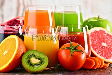 vasos de vegetales organicos frescos y
