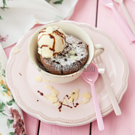 torta de la taza con helado