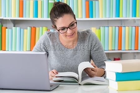 libro de lectura de mujer
