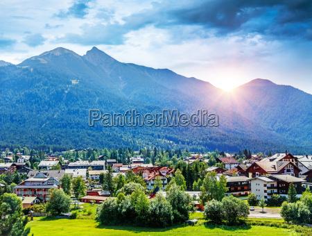hermoso pueblo montanyoso