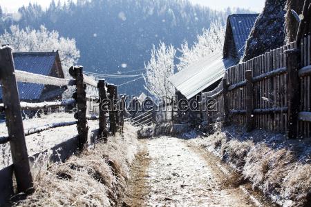 casa construccion invierno camino de tierra