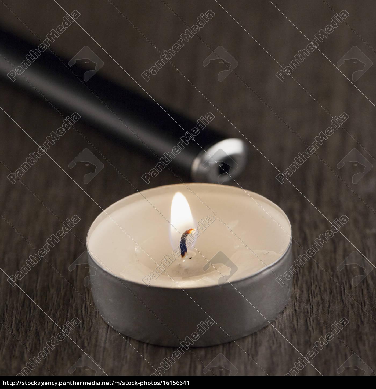 vela, encendida, sobre, la, mesa - 16156641