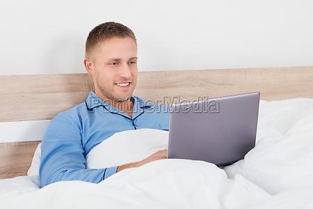 hombre usando el ordenador portatil en
