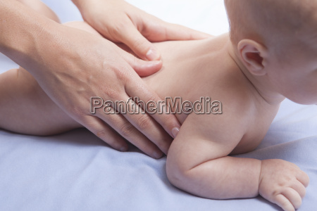 masaje de espalda de bebe de