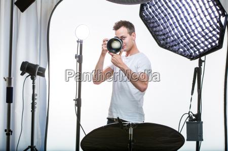 unge pro fotograf med digital kamera