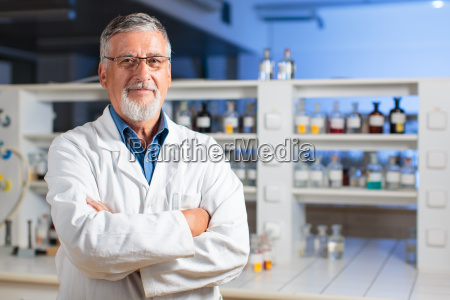 profesor de quimica seniordoctor en un