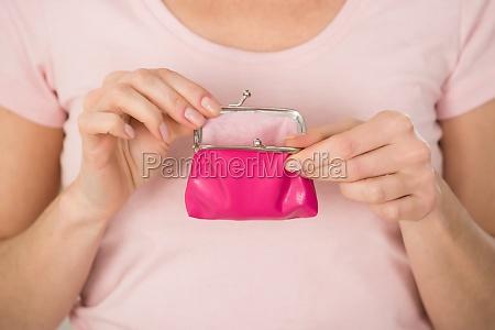 mujer sosteniendo pequenyo monedero