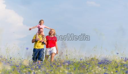 la familia se pasea por el