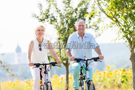 esposa y hombre mayor en el