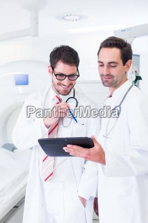 los medicos discuten imagenes de la