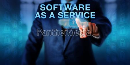 cliente corporativo tocando software como un