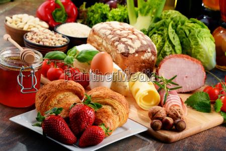 composicion con variedad de productos alimenticios