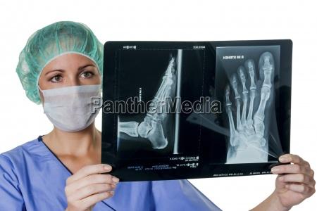 doctor que mira la radiografia del