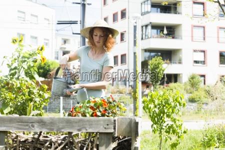 mujer joven jardineria jardineria urbana cama