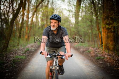 hombre mayor en su bicicleta de