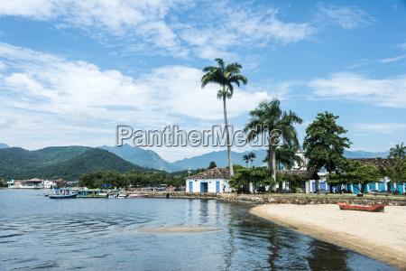 barcos turisticos esperando turistas en paraty