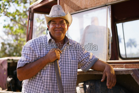 retrato happy man farmer leaning on