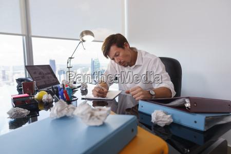 escribir fuente residuos hombre de negocios
