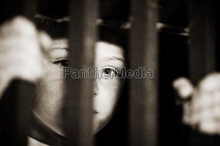 ninyo encarcelado tras las rejas