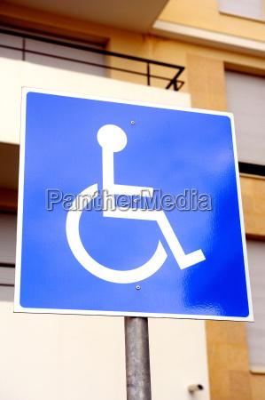 azul discapacitado parque estacionamiento acceso firmar