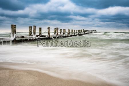 buhne en la costa del baltico