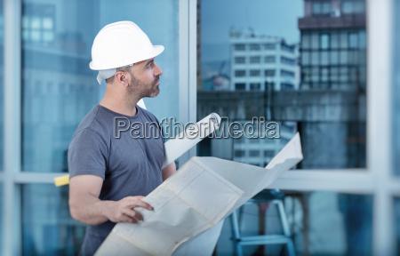 arquitecto constructor estudiando el plano de