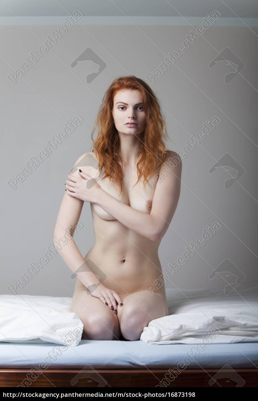 Stockphoto 16873198 Pelirroja Desnuda Arrodillado En Una Cama
